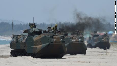 Pasukan Bela Diri Darat Jepang & # 39; kendaraan serangan amfibi menghantam pantai selama latihan pendaratan amfibi di Filipina pada tahun 2018.