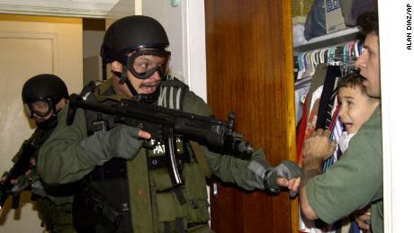 Alan Diaz, yang mengambil foto Elian Gonzalez, meninggal pada usia 71 tahun