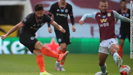 Striker Chelsea asal Prancis Olivier Giroud mencetak gol kemenangan timnya saat tendangannya mengambil defleksi dari sepatu Conor Hourihane yang menantang untuk mengalahkan Orjan Nyland di gawang Aston Villa.