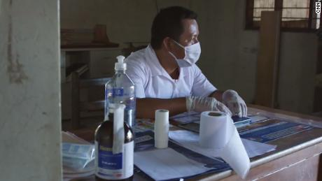 Elias Magin duduk di dalam klinik di Caimito.