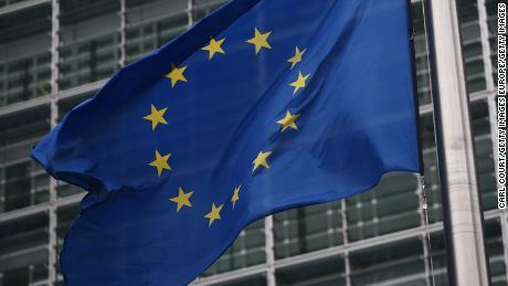 Uni Eropa mempertimbangkan rekomendasi untuk memblokir pelancong, termasuk orang Amerika, karena coronavirus