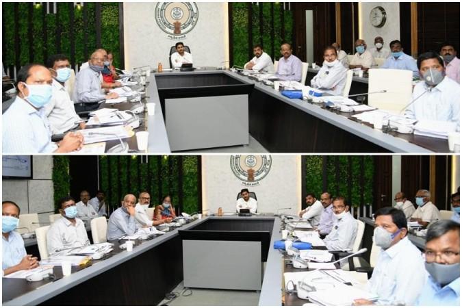 AP CM YS Jagan Mohan Reddy bersama para pejabat pada pertemuan peninjauan