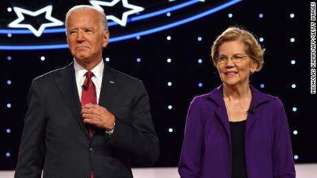 Biden dan Warren tiba di atas panggung untuk debat utama Demokrat keempat dari musim kampanye presiden 2020 yang diselenggarakan bersama oleh The New York Times dan CNN di Otterbein University di Westerville, Ohio pada 15 Oktober 2019.