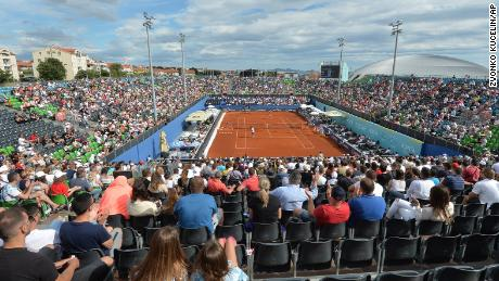 Penonton menyaksikan pertandingan di Adria Tour di Zahar, Kroasia pada hari Minggu 21 Juni 2020. Kemudian pada hari itu, pemain tenis Grigor Dimitrov mengatakan dia telah dinyatakan positif menggunakan Covid-19, yang menyebabkan pembatalan seluruh Tur Adria.