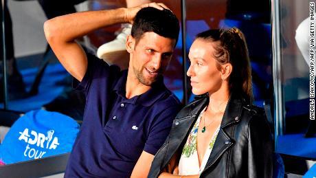 Pemain tenis Serbia Novak Djokovic (kiri) berbicara dengan istrinya Jelena selama pertandingan di Adria Tour, turnamen tenis amal Balkan Novak Djokovic di Beograd pada 14 Juni 2020.