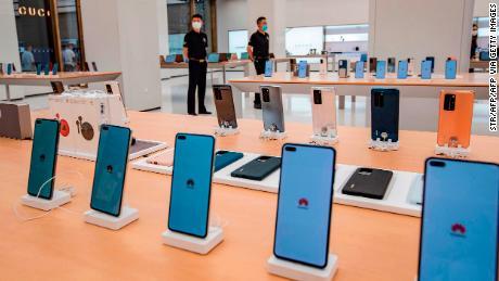 Smartphone ditampilkan di toko Huawei sebelum pembukaannya di Shanghai bulan ini.