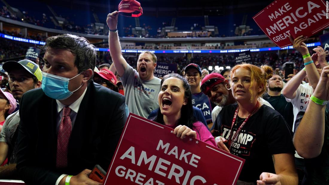 Kampanye Trump dihapus stiker jarak sosial sebelum reli Tulsa