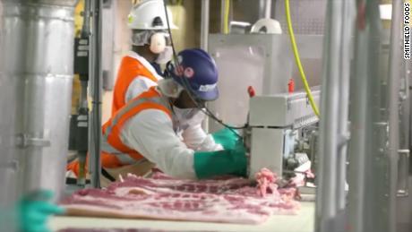 Mengapa pabrik pengolahan daging telah menjadi tempat persilangan Covid-19