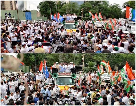 DK Shivakumar dan Siddaramaiah pada protes kenaikan harga BBM di Kongres di Karnataka