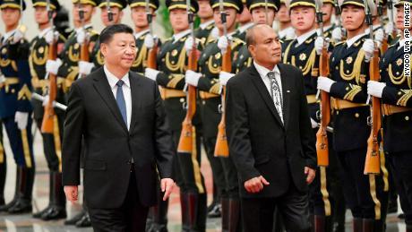 Presiden Kiribati Taneti Maamau menghadiri upacara penyambutan di Aula Besar Rakyat di Beijing bersama Presiden Tiongkok Xi Jinping pada bulan Januari.