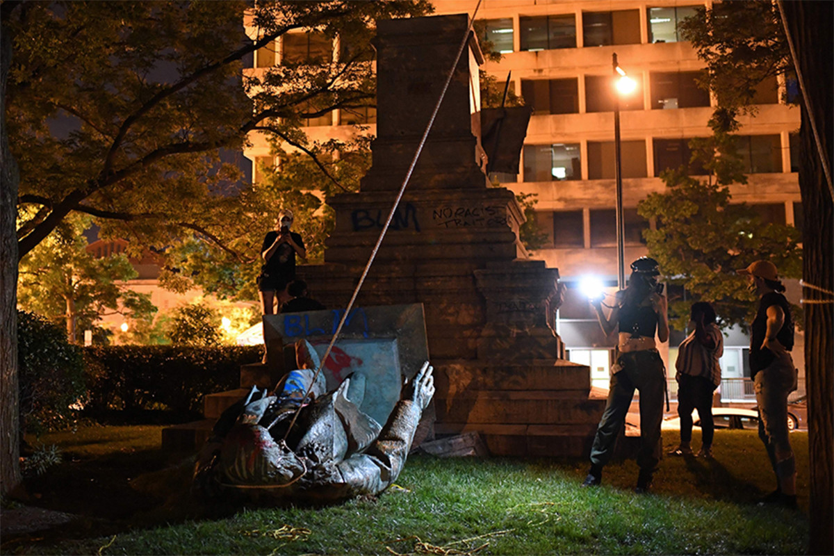 Demonstran DC menjatuhkan, patung konfederasi obor pada Juneteenth