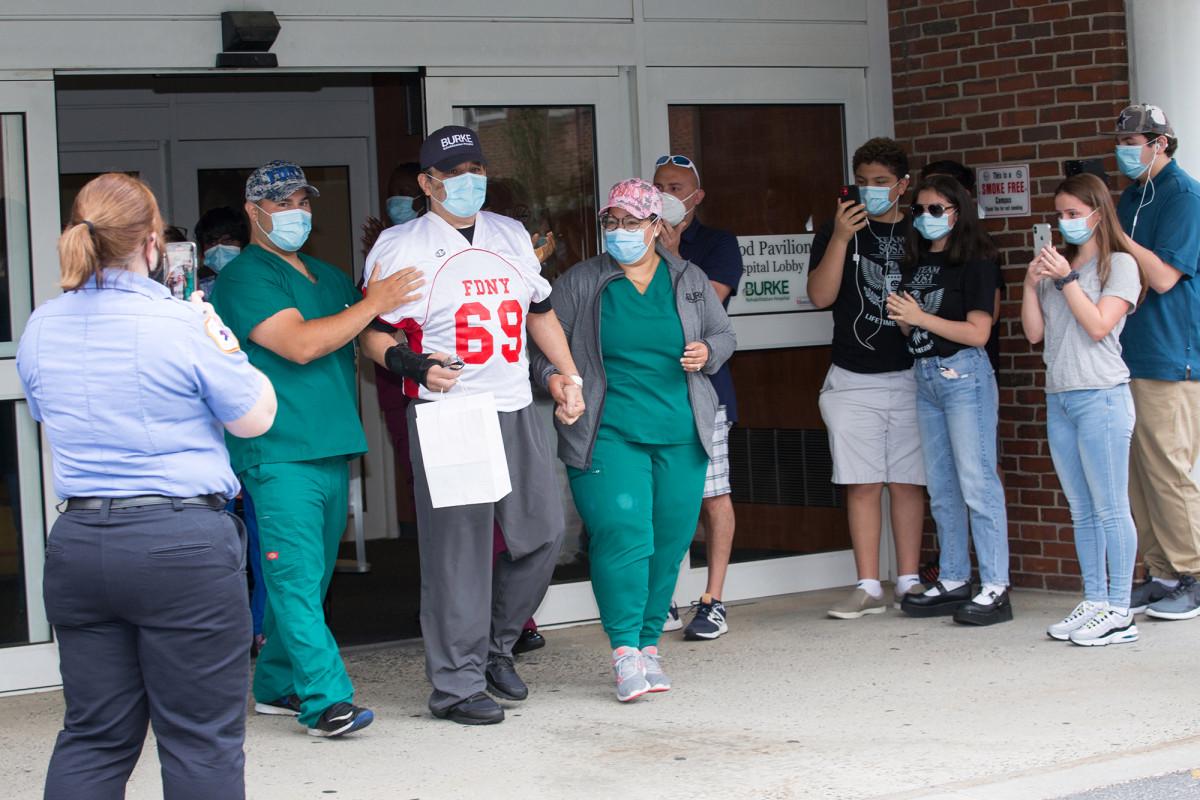 Kapten FDNY dibebaskan dari rumah sakit setelah pertempuran coronavirus