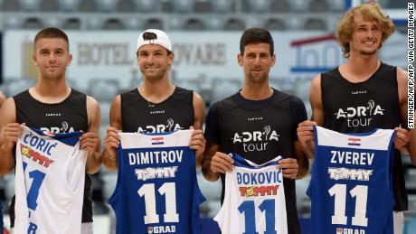 Borna Coric, Grigor Dimitrov, Novak Djokovic, dan Alexander Zverev (kiri ke kanan) berpose untuk sebuah tembakan kelompok menjelang pertandingan bola basket pameran di Zadar, Kroasia.