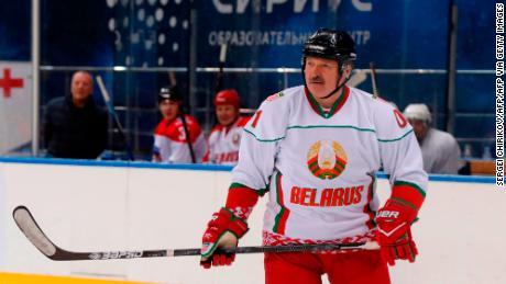 & # 39; Lebih baik mati berdiri daripada hidup dengan berlutut, & # 39; kata Presiden Belarus Alexander Lukashenko pada pertandingan hoki es
