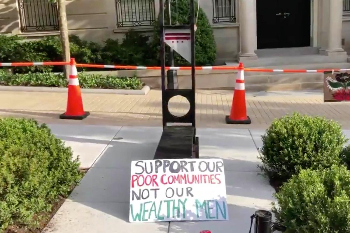 Para pemrotes memasang guillotine di depan rumah Jeff Bezos di DC