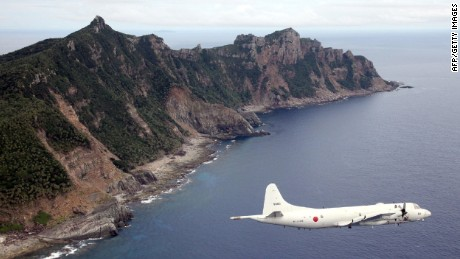 Sebuah pesawat militer Jepang terbang di atas pulau Senakuku / Diaoyu di foto file ini.