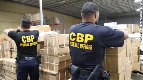Petugas CBP menahan pengiriman produk / aksesoris yang diduga dibuat dengan rambut manusia.
