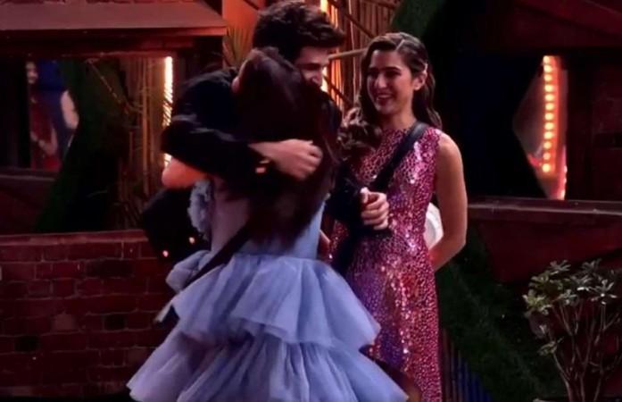 Shehnaaz Gill memeluk Kartik Aaryan di dalam rumah Bigg Boss, sementara Sara Ali Khan mengawasi mereka