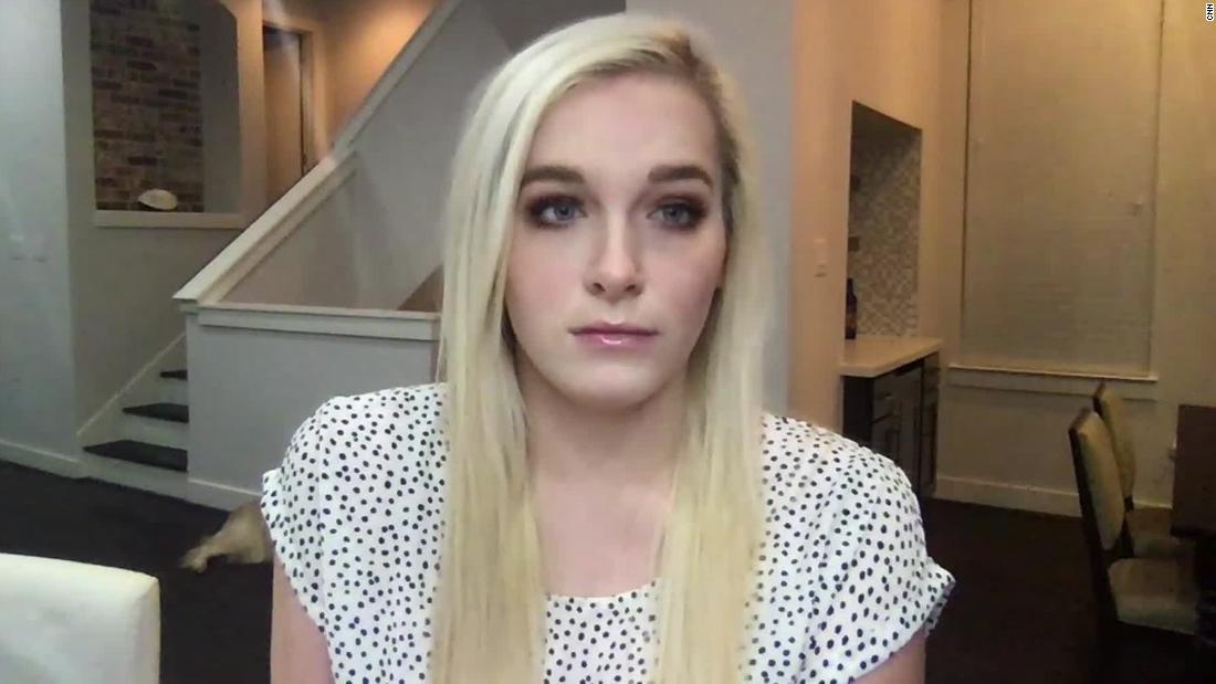 Wanita Texas berusia 23 tahun ini menunggu berminggu-minggu sebelum pergi keluar. Ketika dia melakukannya dia mendapatkan coronavirus