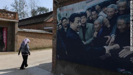 Foto ini diambil pada bulan September 2017 menunjukkan Papan iklan yang menampilkan foto Presiden China Xi Jinping mengunjungi penduduk di desa Zhangzhuang di Lankao di provinsi Henan bagian tengah Cina.