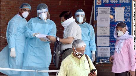 Saat Delhi menjadi ibukota coronavirus India, rumah sakitnya berjuang untuk mengatasinya