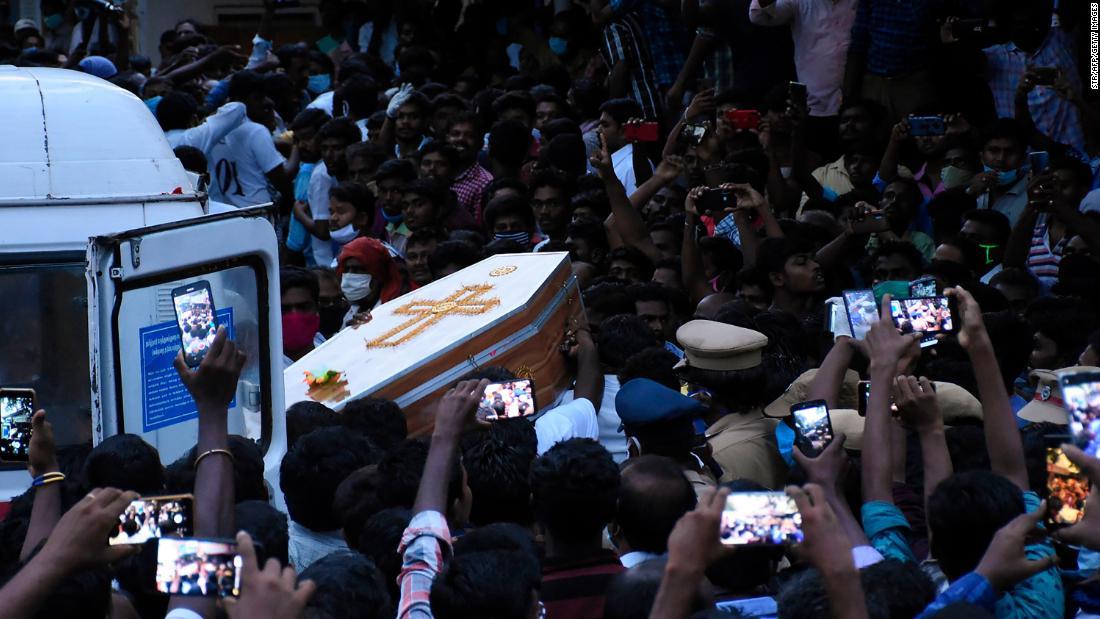 Sebuah keluarga India yang ditangkap karena melanggar aturan kuncian meninggal dalam tahanan polisi