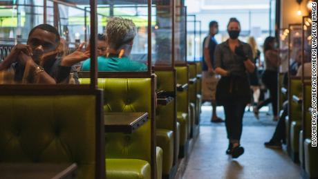 Makan di dalam vs luar: Meja restoran mana yang lebih aman?