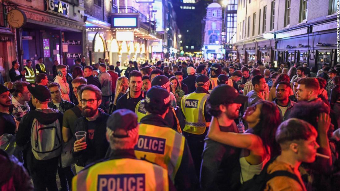 Pub dibuka kembali di seluruh Inggris ketika petugas polisi memperingatkan kurangnya jarak sosial