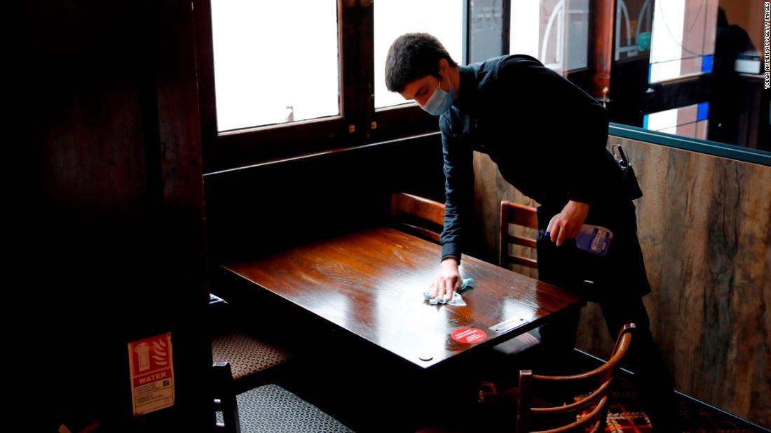 Beberapa pub Inggris terpaksa tutup lagi setelah pelanggan dinyatakan positif virus corona