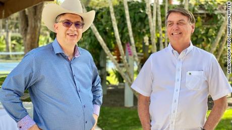 Bolsonaro menghadiri acara peringatan 4 Juli dengan Duta Besar AS untuk Brasil Todd Chapman pada hari Sabtu, menurut foto yang diposting ke halaman Facebook resmi Presiden.