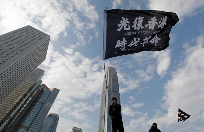 Seorang pemrotes anti-pemerintah mengibarkan bendera saat protes di Edinburgh Place di Hong Kong, Cina, 12 Januari 2020. REUTERS / Navesh Chitrakar / Files