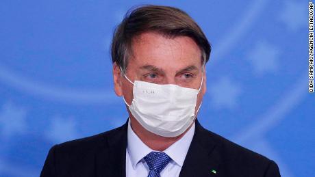 Jair Bolsonaro dari Brazil tes positif untuk Covid-19 setelah berbulan-bulan menolak keseriusan virus