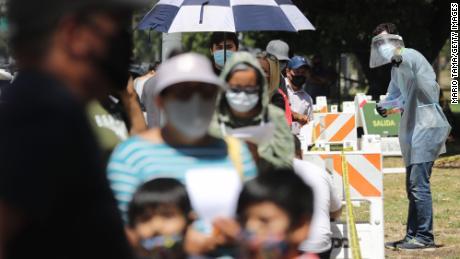 Kerumunan orang mengunjungi situs pengujian di AS setiap hari dan beberapa harus menunggu berjam-jam sebelum mengikuti tes Covid-19.