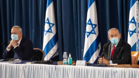 Perdana Menteri Israel Benjamin Netanyahu (kanan) dan Menteri Pertahanan Benny Gantz menghadiri pertemuan kabinet mingguan di Yerusalem, pada 14 Juni.