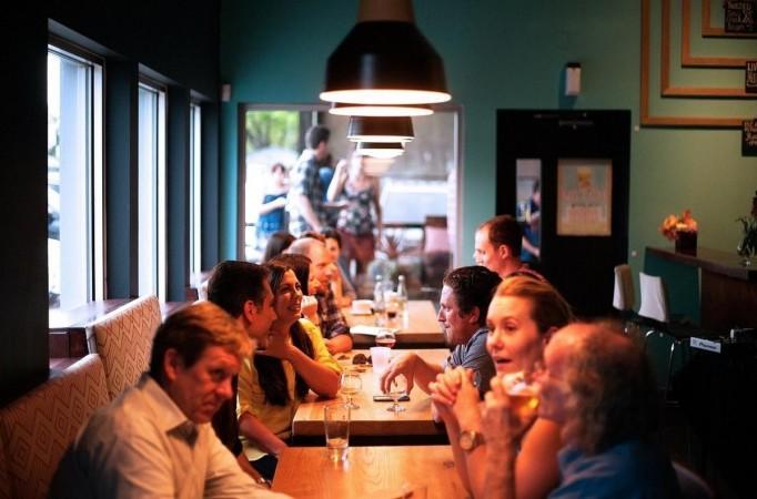 Orang-orang makan di restoran