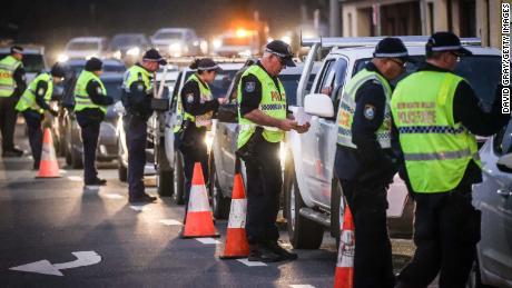 Polisi berhenti dan menanyai pengemudi di sebuah pos pemeriksaan pada 8 Juli di Albury, Australia.