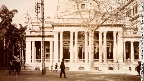 Kantor HSBC digambarkan di Hong Kong, sekitar tahun 1903. Fasilitas ini dibangun pada tahun 1886 dengan portico dan kubah segi delapan.
