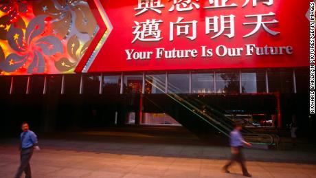 Sebuah spanduk besar tergantung di pintu masuk HSBC pada 30 Juni 1997, sehari sebelum serah terima dari Inggris ke Cina di Hong Kong.