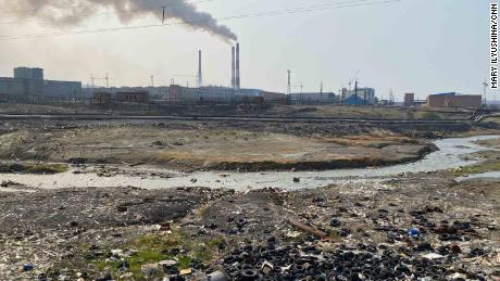Tempat pembuangan di tepi sungai di sebelah pabrik pra-pemrosesan di pinggiran Norilsk.