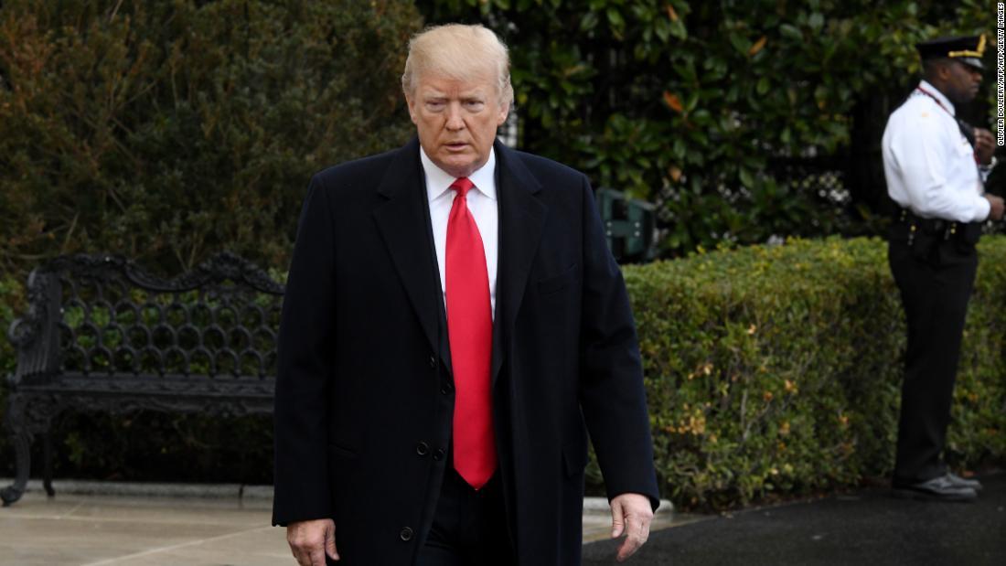 Trump mengenakan topeng selama kunjungan ke anggota layanan yang terluka di Walter Reed