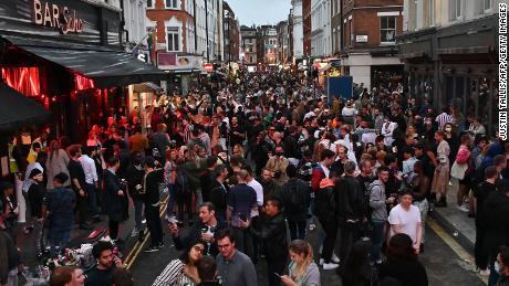 Orang-orang yang suka bersenang-senang mengemasi bar di luar jalan-jalan di daerah Soho London pada 4 Juli, karena pembatasan semakin mereda.