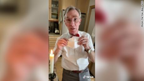 Bill Nye merinci alasan mengapa kita semua harus memakai masker wajah