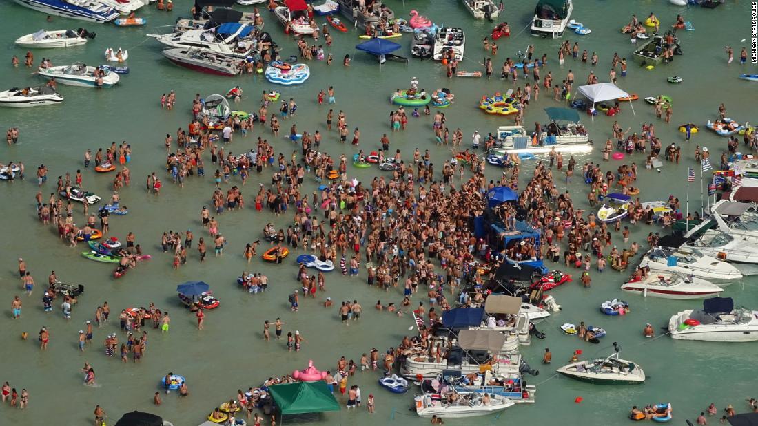 Michigan coronavirus: Revelers merayakan akhir pekan 4 Juli di sebuah danau Michigan. Sekarang beberapa memiliki Covid-19