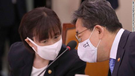 Park Yang-woo, kanan, menteri dari Kementerian Kebudayaan, Olahraga dan Pariwisata, berbicara dengan Choi Yoon-hee, kiri, wakil menteri dari Departemen Kebudayaan, Olahraga dan Pariwisata selama pertemuan komite parlemen di Majelis Nasional di Seoul, Korea Selatan, Senin, 6 Juli 2020. Para pejabat Korea Selatan pada hari Senin menawarkan permintaan maaf publik dan bersumpah untuk menyelidiki kematian seorang atlet triatlon yang telah melaporkan kepada pemerintah dan badan-badan olahraga bahwa ia telah disalahgunakan pelatih timnya, ahli terapi fisik dan kolega.