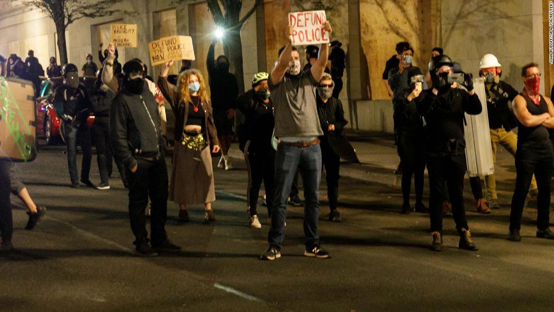 Para pengunjuk rasa diminta untuk pergi atau berisiko ditangkap setelah kantor Asosiasi Polisi Portland dibakar