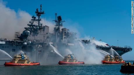 Pelaut dan petugas pemadam kebakaran federal menembaki api di atas kapal amfibi USS Bonhomme Richard di Pangkalan Angkatan Laut San Diego pada 12 Juli.