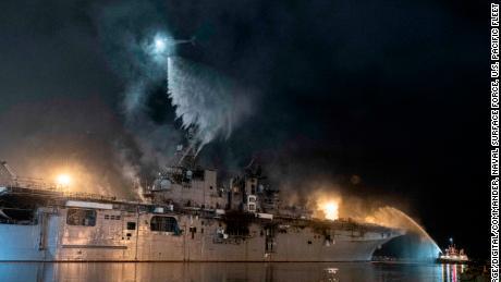 Helikopter Angkatan Laut AS memerangi api di atas kapal serbu amfibi USS Bonhomme Richard pada 14 Juli.