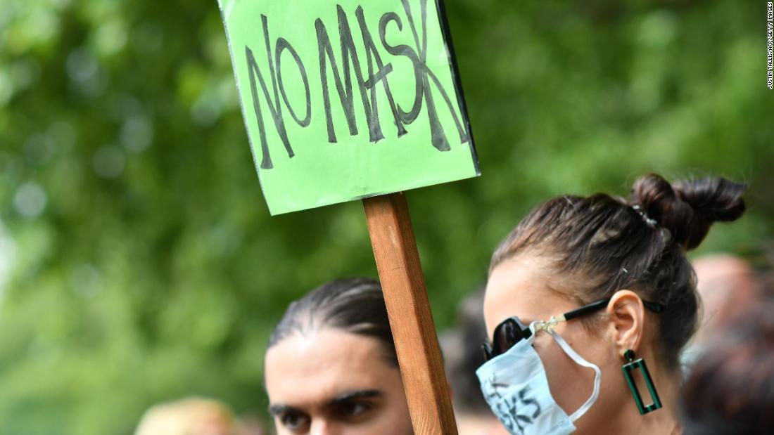 Protes topeng wajah London: Ratusan orang, beberapa memakai topeng, memprotes pemakaian topeng