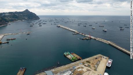 Kapal-kapal Cina terlihat berlindung dari cuaca buruk di pelabuhan Sadong di pulau Ulleung di Korea Selatan pada 11 November 2017.
