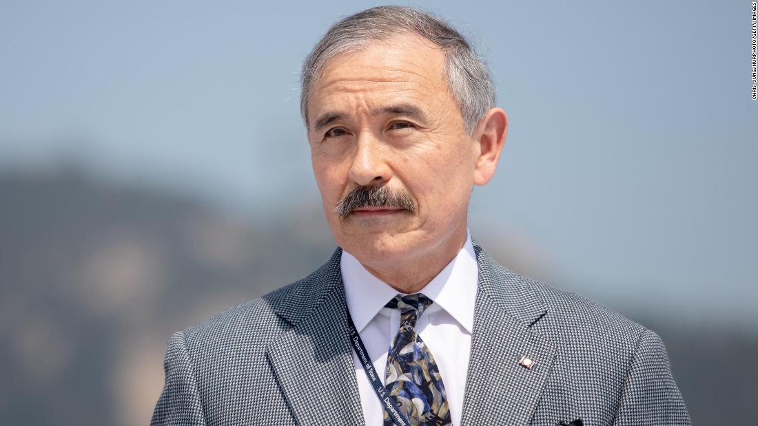 Duta Besar AS untuk Korea Selatan, Harry Harris, mencukur kumis yang kontroversial
